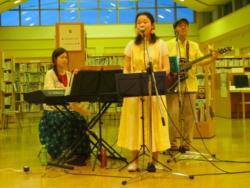 楽楽ひろば 図書館ライブ。音楽ユニット「わ音」の演奏シーン