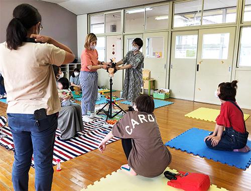ママミーティング部の活動紹介画像 集中して学ぶ皆さん